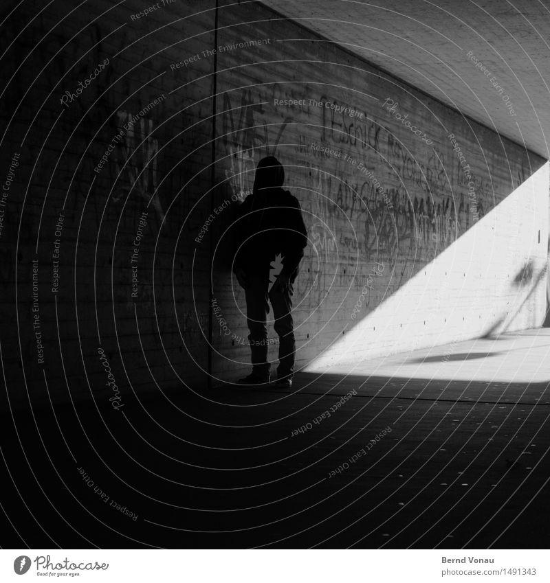 Zettecke Mensch maskulin Mann Erwachsene 1 45-60 Jahre dunkel Traurigkeit nachdenklich bedrohlich stagnierend Kapuze Hinterhalt Linie Geometrie Graffiti Beton