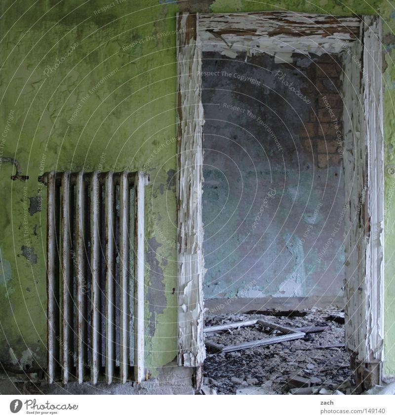 Tür zu! alt Graffiti leer verfaulen Vergänglichkeit streichen Zeichen verfallen Rost Symbole & Metaphern vergangen Heizkörper Renovieren antik Durchgang