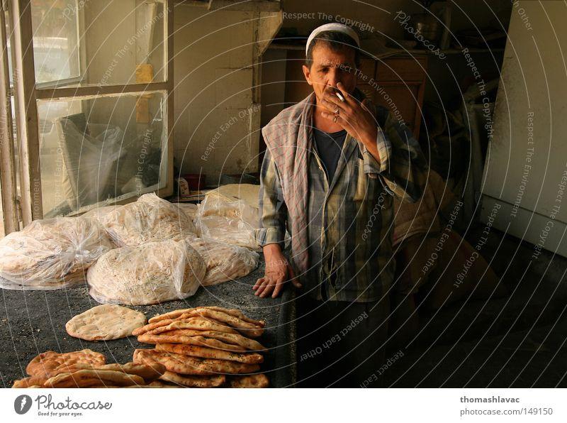 Bäckerei in Damaskus Syrien Brot rauchend Zigarette geschmackvoll Asien Mann Gastronomie Backwaren Orientalische Küche
