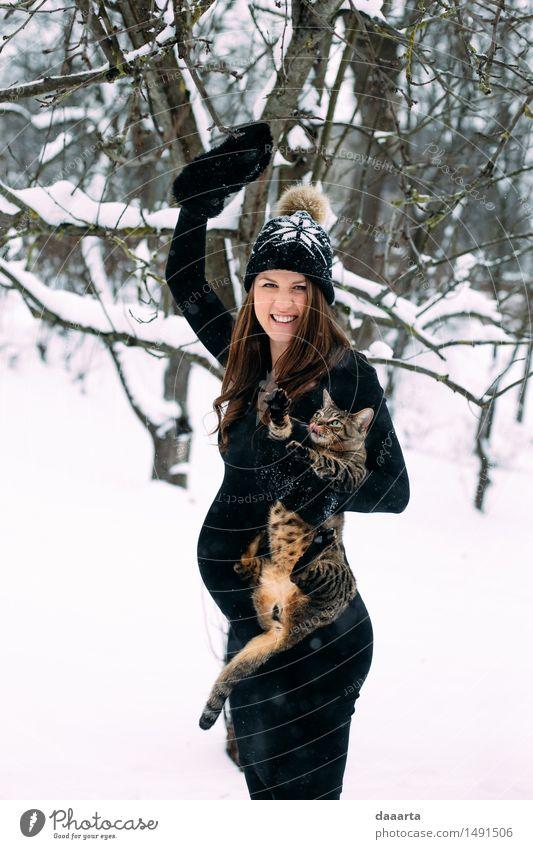 Mama mit einer Katze Lifestyle elegant Stil Freude Leben harmonisch Freizeit & Hobby Spielen Ausflug Abenteuer Freiheit Winter Schnee Winterurlaub feminin