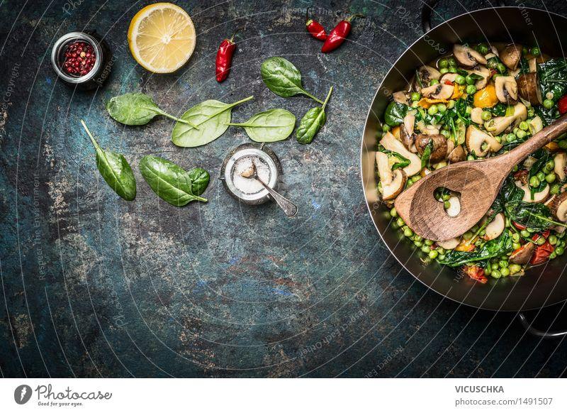 Gedämpftes gesundes Gemüse in Kochtopf mit Zutaten Gesunde Ernährung Leben Speise Essen Foodfotografie Stil Hintergrundbild Lebensmittel Design Tisch