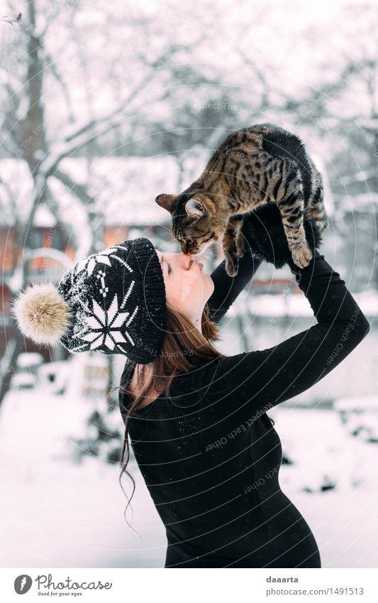 Katze Jugendliche Junge Frau Erholung Freude Winter Erwachsene Wärme Leben Schnee feminin Spielen Lifestyle Freiheit Design wild