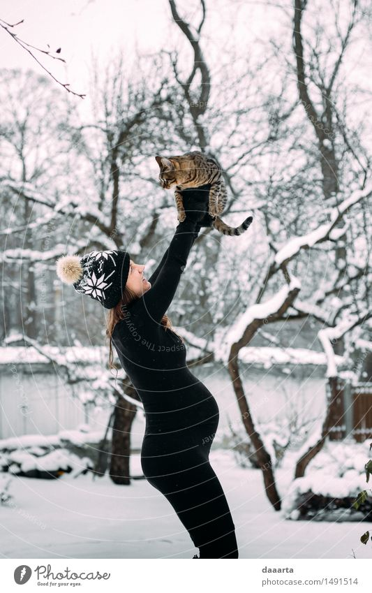 Katze Natur Jugendliche Junge Frau Erholung Freude Winter Erwachsene Leben Gefühle Schnee feminin Stil Spielen Lifestyle Freiheit