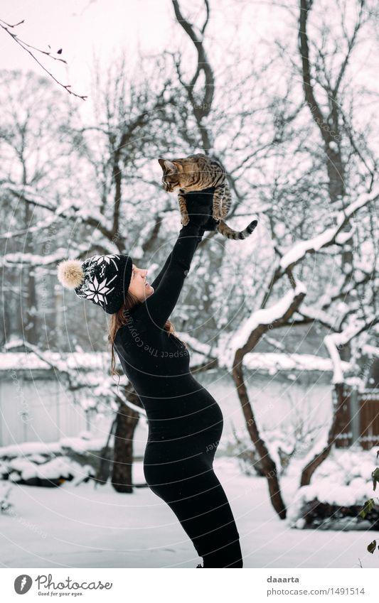 Simba Moment Katze Natur Jugendliche Junge Frau Erholung Freude Winter Erwachsene Leben Gefühle Schnee feminin Stil Spielen Lifestyle Freiheit