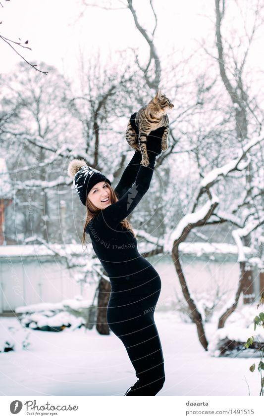 fröhliche Katze Jugendliche Junge Frau Erholung Freude Winter Erwachsene Leben lustig Schnee feminin Stil Spielen Lifestyle Freiheit wild