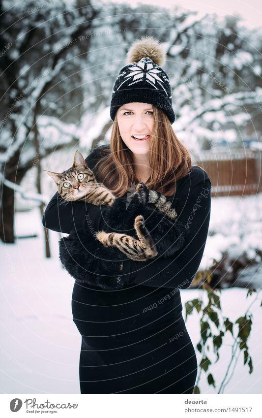Katze Jugendliche Junge Frau Freude Winter Erwachsene Wärme Leben Gefühle Schnee feminin Stil Spielen Lifestyle Feste & Feiern wild