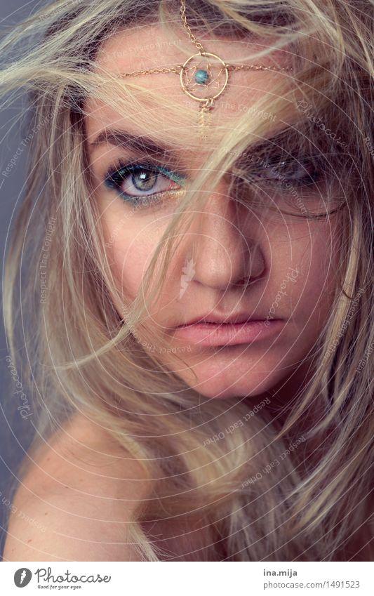 weibliches Gesicht mit blonden Haaren, Kopfschmuck und hellen Augen Mensch feminin Junge Frau Jugendliche Erwachsene Haare & Frisuren 1 18-30 Jahre 30-45 Jahre