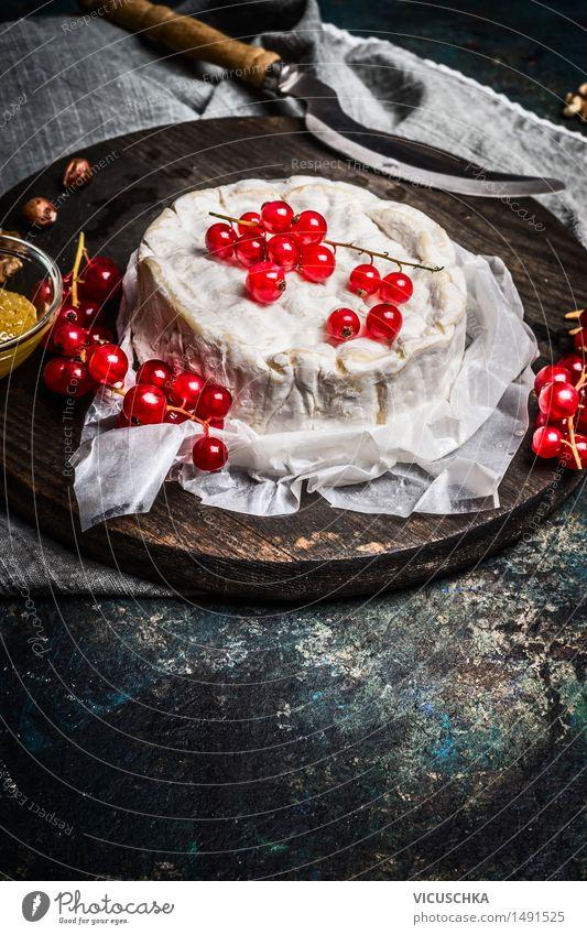 Camembert Käse Teller mit roten Johannisbeeren Beeren Lebensmittel Dessert Ernährung Frühstück Mittagessen Büffet Brunch Messer Lifestyle Küche Restaurant