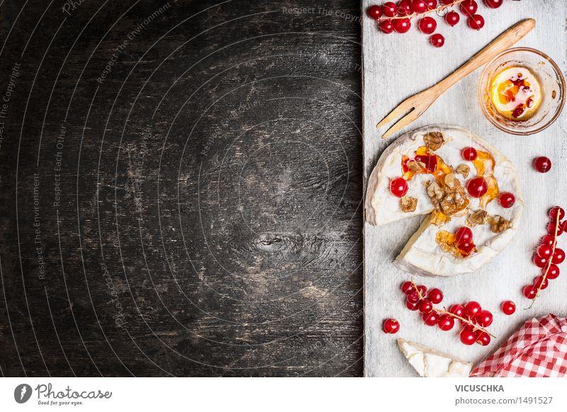 Camembert mit Beeren und Sauce auf rustikalem Hintergrund Leben Essen Foodfotografie Stil Hintergrundbild Lebensmittel Design Frucht Ernährung Tisch weich rund Bioprodukte Restaurant Frühstück Dessert