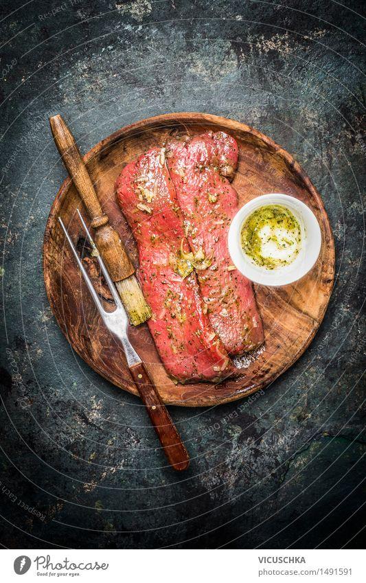 Marinierte Lammfilet zum Kochen oder Grill Lebensmittel Fleisch Kräuter & Gewürze Öl Ernährung Abendessen Festessen Teller Gabel Tisch Küche Design Stil
