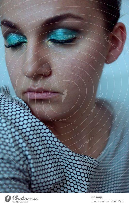 weibliches Gesicht mit blauem Lidschatten und geschlossenen Augen schön Körperpflege Haut Kosmetik Schminke Wimperntusche feminin Junge Frau Jugendliche
