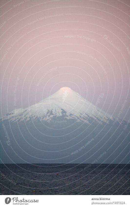 Vulkan Osorno Umwelt Natur Landschaft Schnee Gipfel Schneebedeckte Gipfel See Berge u. Gebirge Südamerika Chile Sehenswürdigkeit Wahrzeichen Wasser blau rosa