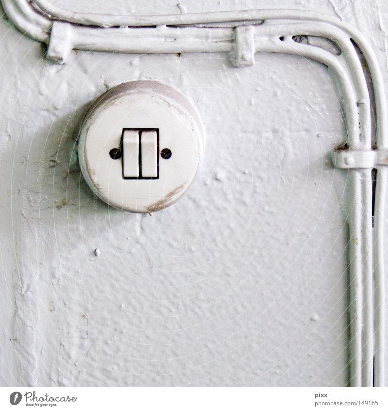 Turn alt weiß Farbe Wand hell 2 Elektrizität gefährlich Technik & Technologie Kabel Baustelle Vergänglichkeit verfallen Verbindung Handwerk Kurve