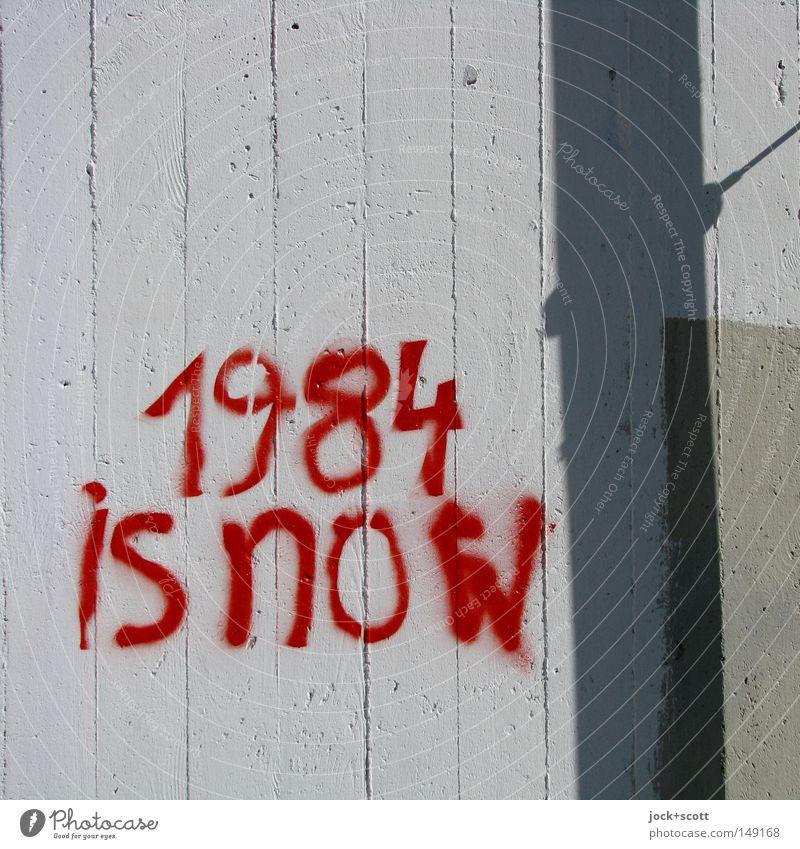Transparent 1984 Fortschritt Zukunft Informationstechnologie Internet Straßenkunst Wand Beton Streifen Wort bedrohlich Originalität Macht Hemmungslosigkeit