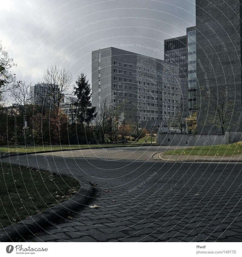 tristesse urbanique Stadt Wolken kalt Architektur grau Regen Arbeit & Erwerbstätigkeit Fassade Hochhaus trist Industrie Industriefotografie Wirtschaft Langeweile Frankfurt am Main
