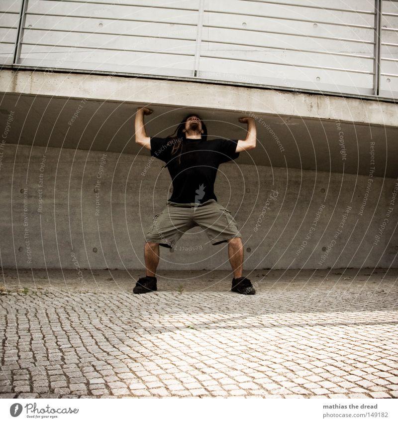 BLN 08 | I AM STRONG Gewichtheben Krafttraining Junger Mann Rastalocken Ganzkörperaufnahme Architektur Fußgängerbrücke Beton Betonbauweise anstrengen Witz