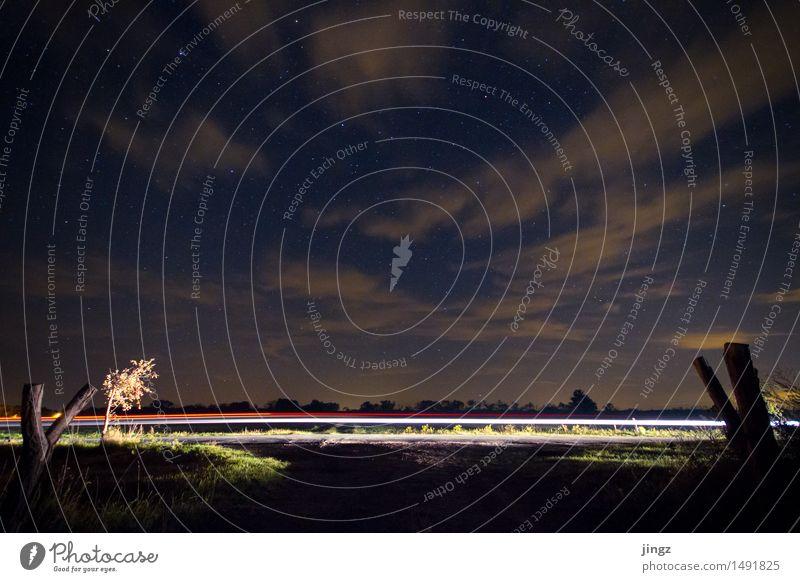 Licht am Horizont Landschaft Himmel Wolken Nachthimmel Stern Straße Bewegung fahren glänzend leuchten Unendlichkeit Geschwindigkeit sportlich blau gold violett