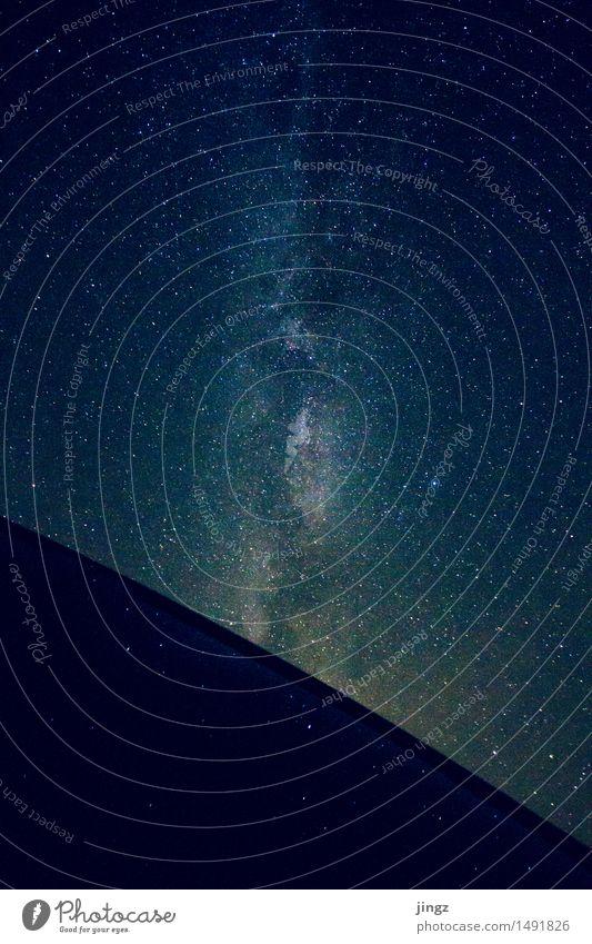 Milchstraße Himmel blau Einsamkeit Ferne außergewöhnlich Freiheit hell träumen glänzend Kraft gold ästhetisch warten groß beobachten Stern