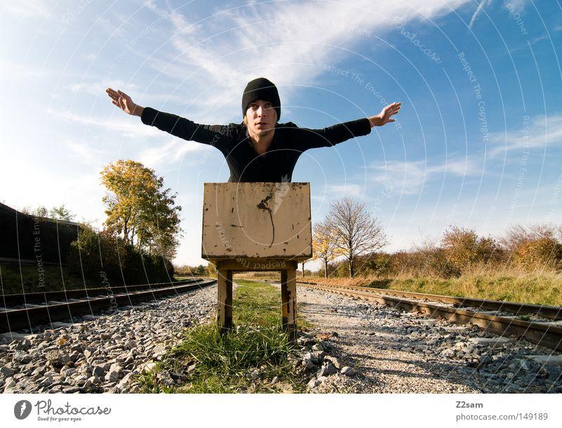 fly away Beginn Gleise Eisenbahn Himmel Sommer Physik Sonne Wolken Mütze Mann maskulin schwarz Stil lässig Freiheit Erholung grün Baum Herbst S-Bahn Mensch