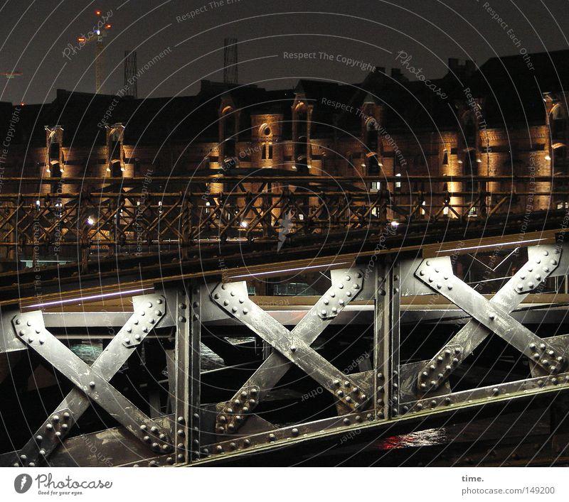 Nachtspeicher Wasser Himmel dunkel Wege & Pfade Beleuchtung Metall glänzend Hamburger Hafen Brücke geheimnisvoll Verkehrswege Lagerhalle Geländer Fußgänger