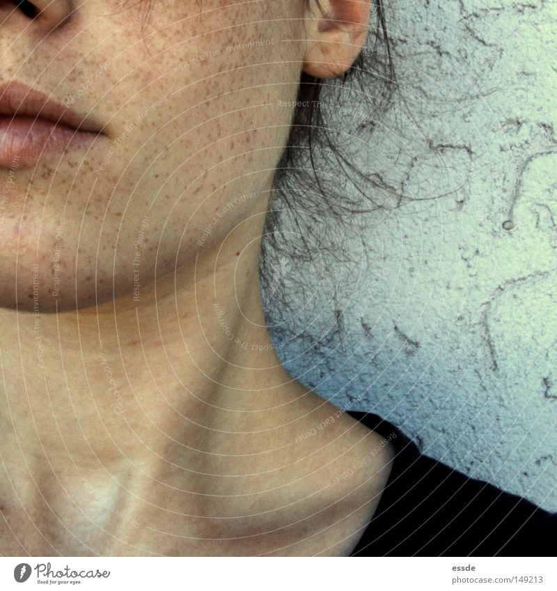 mach mal pause Frau Jugendliche schön ruhig Gesicht Erwachsene feminin Wand träumen Zufriedenheit warten Haut außergewöhnlich Sicherheit einzigartig Lippen