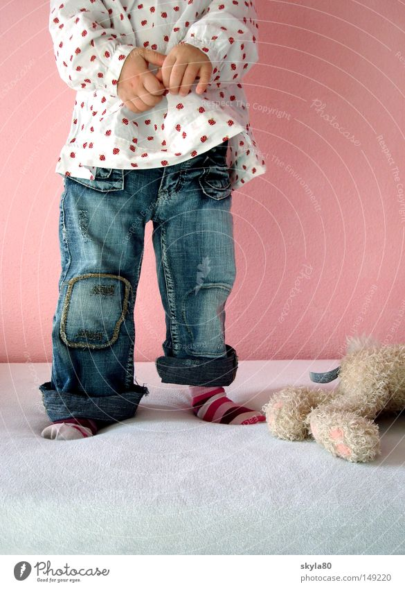 Himbeerblau Kind schön Hand Mädchen Beine liegen rosa weich Bett Fell Jeanshose Spielzeug Kleinkind Hase & Kaninchen kuschlig