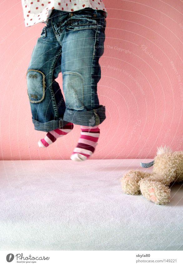 Schwerelos Kind blau schön Hand Mädchen Spielen springen Beine fliegen rosa Bett Jeanshose Model Spielzeug Lebensfreude Kleinkind