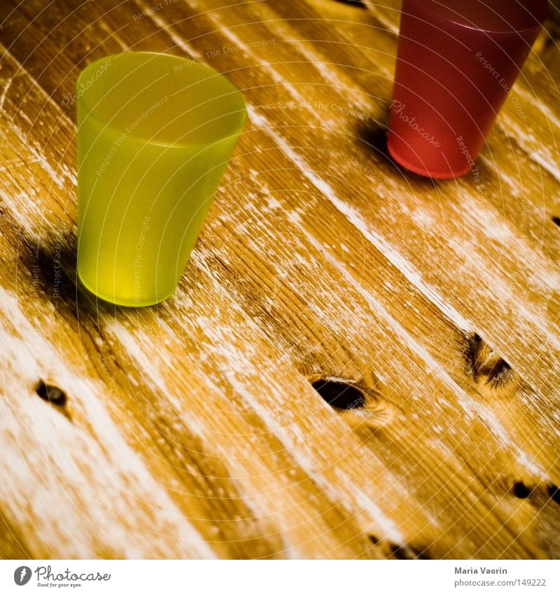 Leer Getränk Becher Saft leer Tisch Durst Küche grün rot Holz Holztisch Gastronomie Getränkebecher nachfüllen Küchentisch
