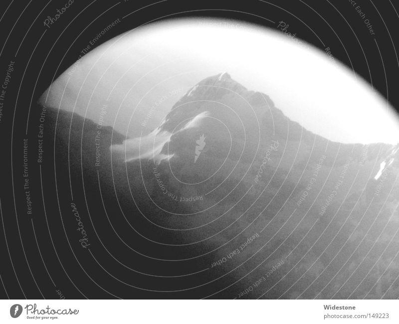 Bergkuppe Schwarzweißfoto Außenaufnahme Morgen Tag Licht Schatten Kontrast Silhouette Starke Tiefenschärfe Zentralperspektive Winter Berge u. Gebirge Alpen