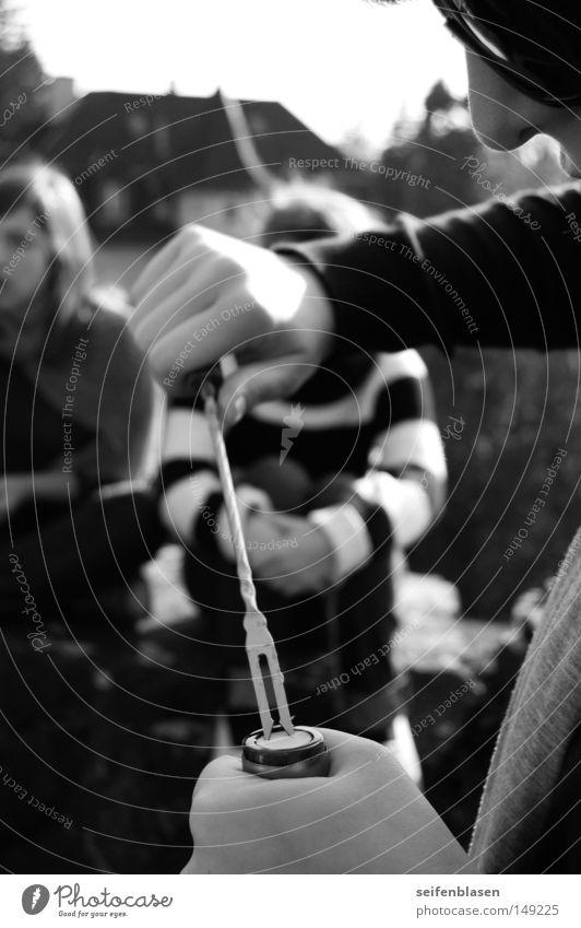 Korkenziehen Fondue Open Air Herbst Freundschaft Zürich Schwarzweißfoto Fonduegabel Die Korken knallen lassen