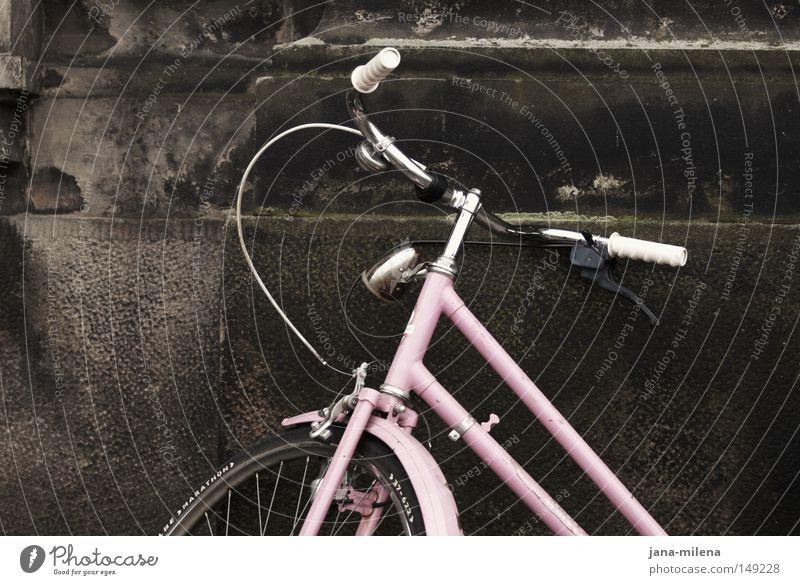Bin gleich bei dir. Fahrrad Rad Reifen fahren kommen gehen Geschwindigkeit Bewegung Verkehrsmittel rosa Nostalgie alt altmodisch old-school Wand Haus parken