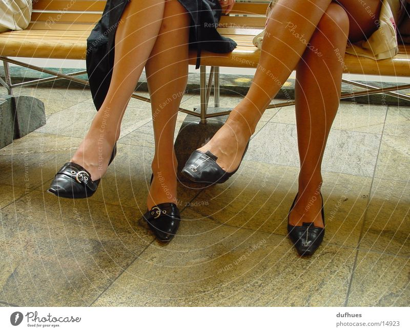 Zwei Paar Füße Frau Fuß Schuhe Beine sitzen