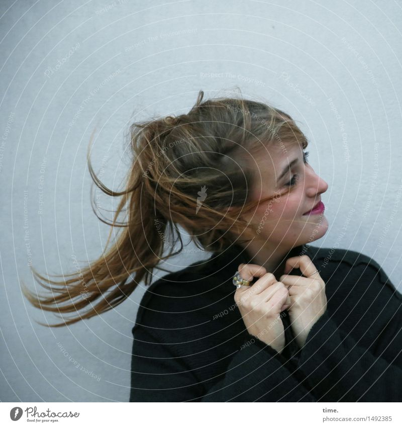. feminin Frau Erwachsene 1 Mensch Jacke Schmuck blond langhaarig Zopf Bewegung drehen Lächeln schön Freude Fröhlichkeit Zufriedenheit Lebensfreude Begeisterung