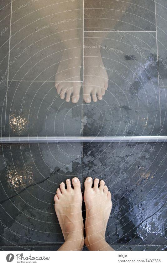 Barfuß im Bad Mensch schön Erholung Erwachsene Leben Lifestyle Fuß Linie stehen nass Boden Wellness Wohlgefühl Körperpflege graphisch