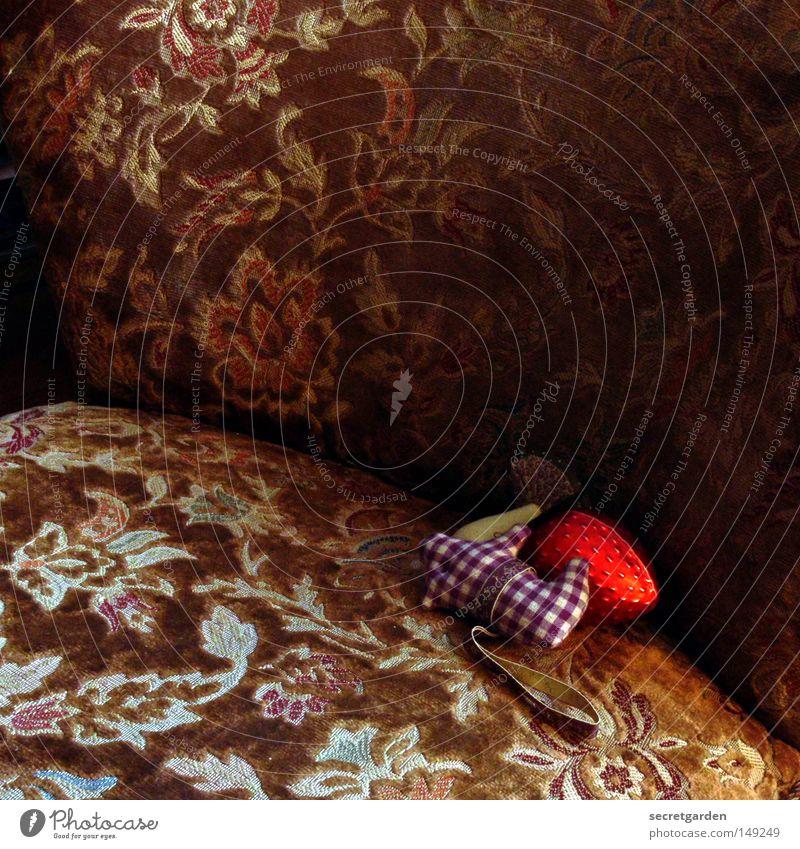 nicht draufsetzen! Sessel Muster Weihnachtsdekoration Schmuck Möbel Wohnung Wohnzimmer gemütlich antik Blume rot Samt Stimmung dunkel kariert