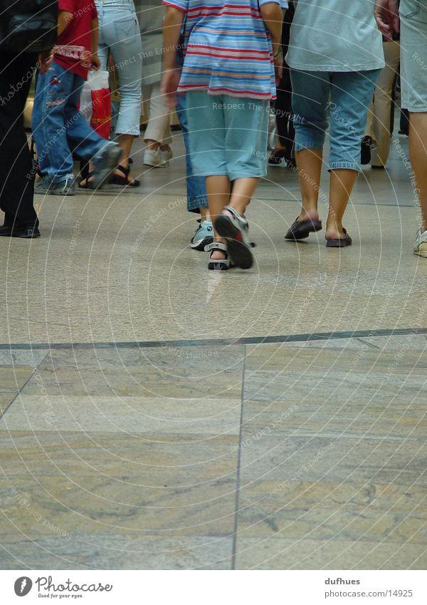 Shopping1 Sommer Menschengruppe Beine Fuß Schuhe gehen laufen Hose Wade