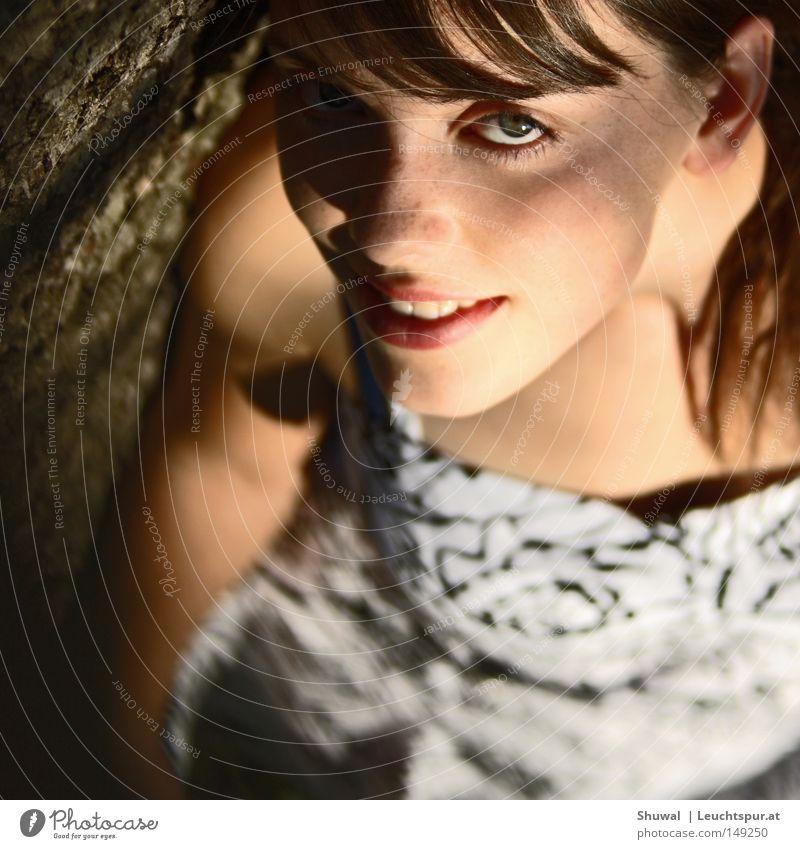 écoute Farbfoto Außenaufnahme Licht Schatten Lichterscheinung Sonnenlicht Vogelperspektive Porträt Blick in die Kamera Blick nach oben Lifestyle Freude schön