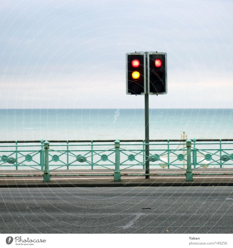 Redlight Beach Ampel rot gelb stoppen Promenade Meer Horizont ruhig Frieden grün-blau blau-grün Brighton England Verkehrswege Straßennamenschild Linksabbieger