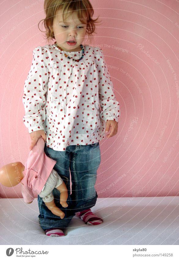 Zeitvergessen Pünktchenmuster rosa Wand Kinderhände Vorschule niedlich kümmern Kindergarten Schützen Familie & Verwandtschaft Kinderbetreuung süß Erziehung