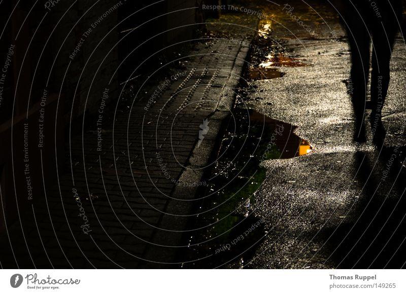Düster Straße grau anthrazit nass Gasse eng Einsamkeit leer dunkel Wege & Pfade Mensch Silhouette Schatten Pfütze Asphalt Beine Bewegung langsam Wasser Regen