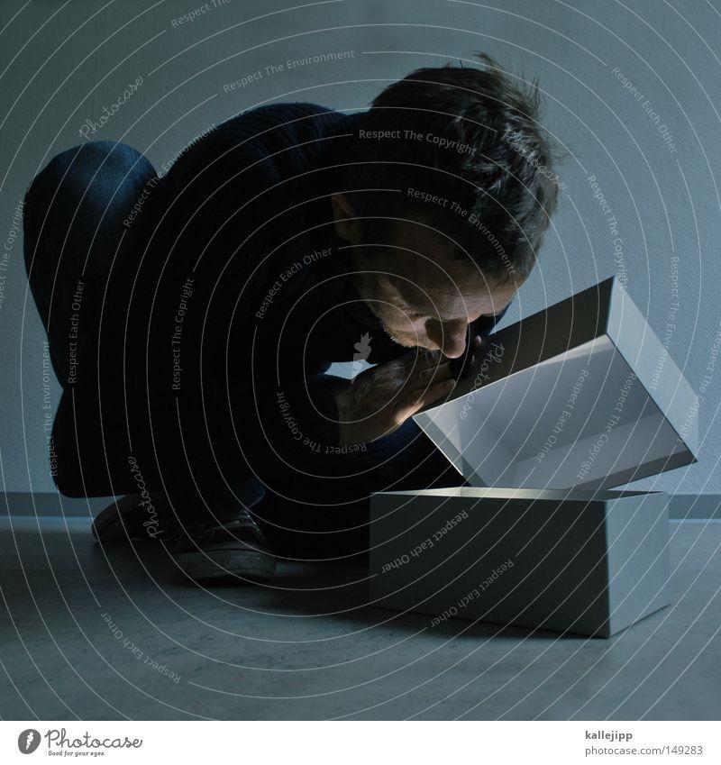short message system Ein Mann allein 1 einzeln 1 Mensch Erwachsener Mann mittleren Alters 30-45 Jahre Schachtel Neugier Überraschung Geschenk aufmachen