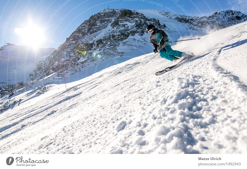 Skifahrer Sport Wintersport Skifahren Skier Skipiste maskulin 1 Mensch Umwelt Natur Landschaft Wolkenloser Himmel Sonne Sonnenlicht Schönes Wetter Schnee Hügel
