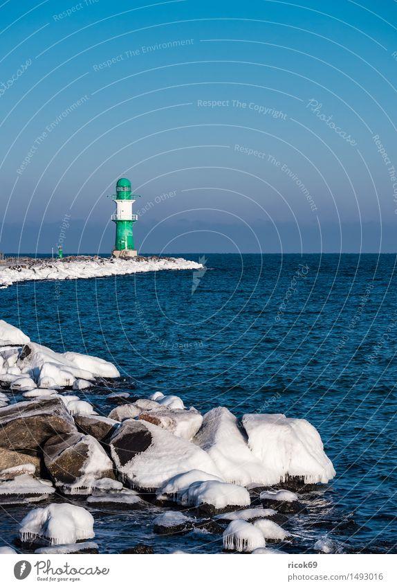 Die Mole in Warnemünde im Winter Natur Ferien & Urlaub & Reisen blau grün Wasser weiß Meer Landschaft kalt Architektur Küste Stein Tourismus Frost Jahreszeiten