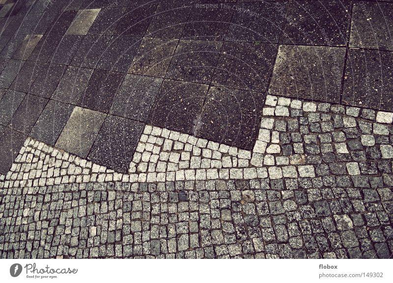 Belag grau Stein nass Platz Bodenbelag Quadrat Bürgersteig Verkehrswege feucht Kopfsteinpflaster Straßenbelag hart Pflastersteine Bildausschnitt Granit Fußgängerzone