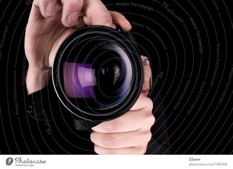i turn my camera on Fotokamera Fotografie Fischauge bewegungslos Körperhaltung Mann maskulin retro schwarz Hand Blick Werkstatt Reflexion & Spiegelung glänzend