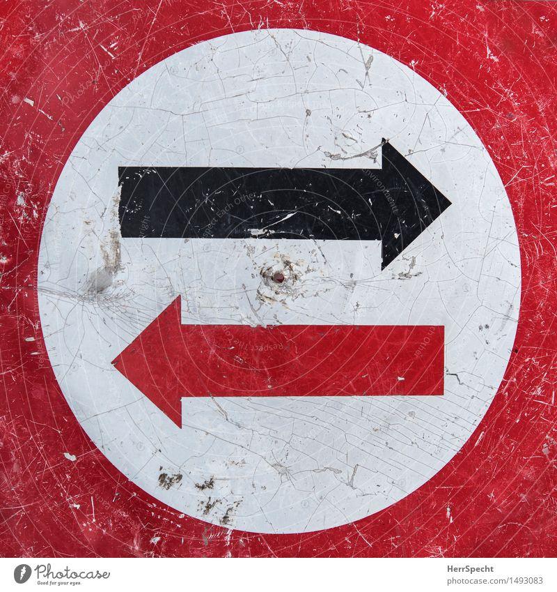 rot oder schwarz Verkehr Straßenverkehr Metall Verkehrszeichen Pfeil alt rund weiß Gegenverkehr Riss verkratzt gebraucht richtungweisend Farbstoff Entscheidung
