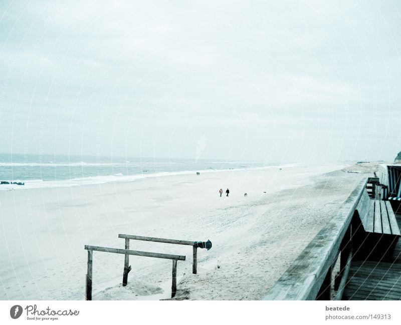 Strandspaziergang Sylt Ferien & Urlaub & Reisen Meer Spaziergang Winter Nordsee Ferne Küste Erde Sand Westerland Stimmung trist kalt blau