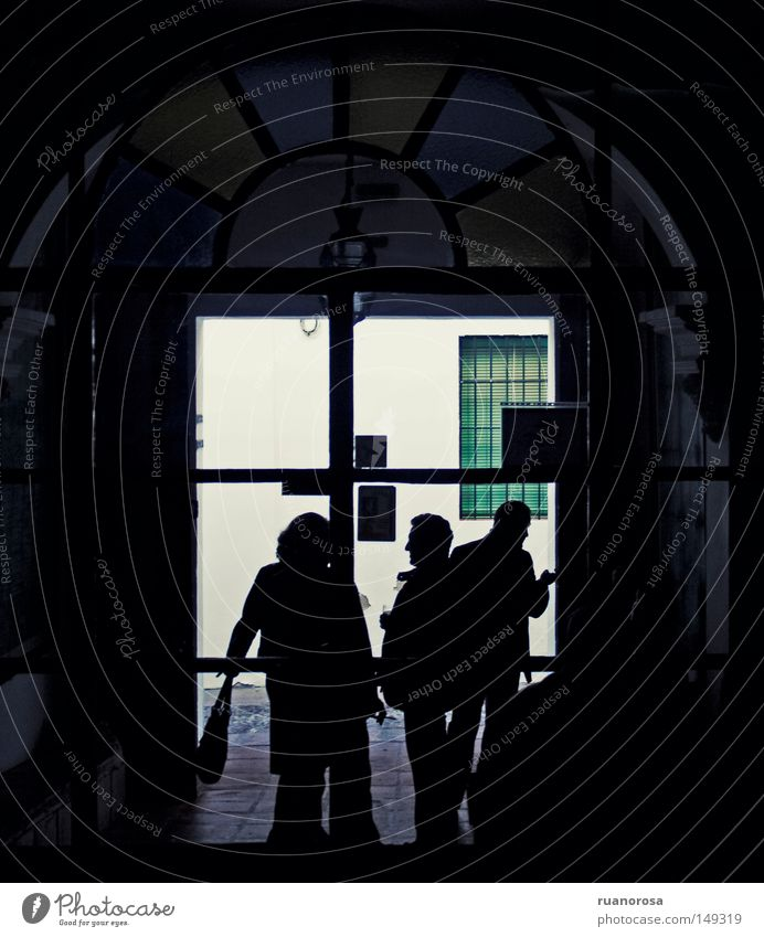 Mensch schwarz Tür Fenster Glasscheibe Buntfenster dunkel obskur Tag Familie & Verwandtschaft