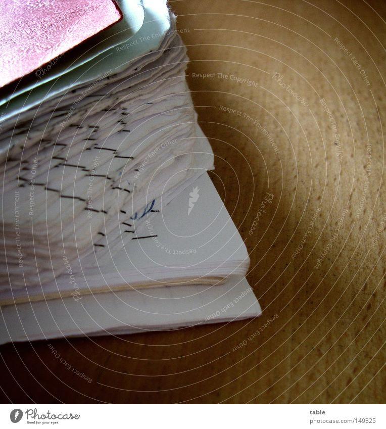 Feierabend alt weiß rot Haus schwarz Holz braun Tisch Ecke Papier gebraucht Schreibwaren Ringbuchordner Dienst Sozialer Dienst