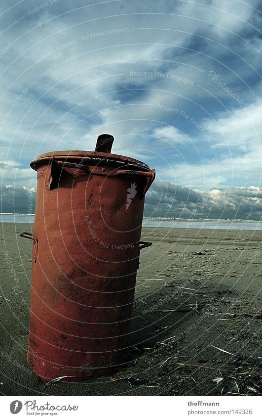 Mülldeponie Müllbehälter Fass rot Himmel Wolken Meer See Meerwasser Strand Küste Möwe Herbst kalt nass Insel Feder Wasser Tod